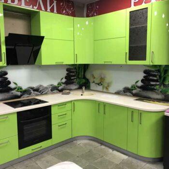 Угловая кухня в эмали, с каменной столешницей