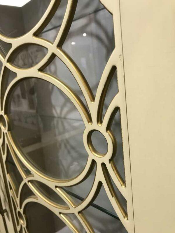 Распашной шкаф витрина с резными дверьми — фасадами