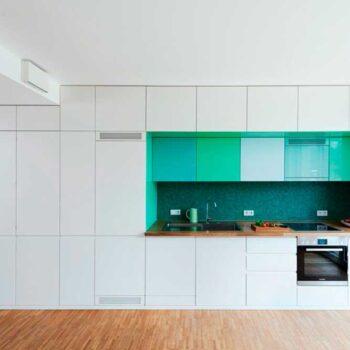 Бело-зеленая кухня с двойным верхом