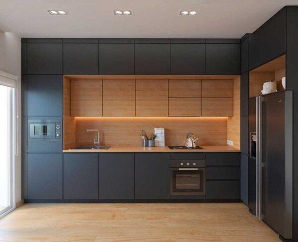 Черная кухня до потолка (два верхних модуля)
