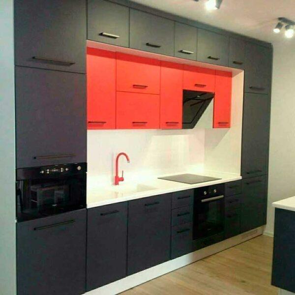 Черно-красная кухня с двойным верхом