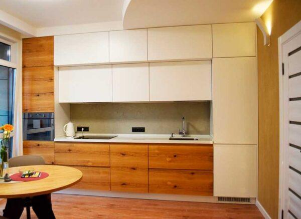 Матовая кухня с двойным шкафом до потолка