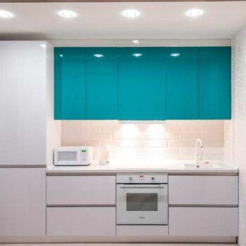 Бело-бирюзовая кухня до потолка