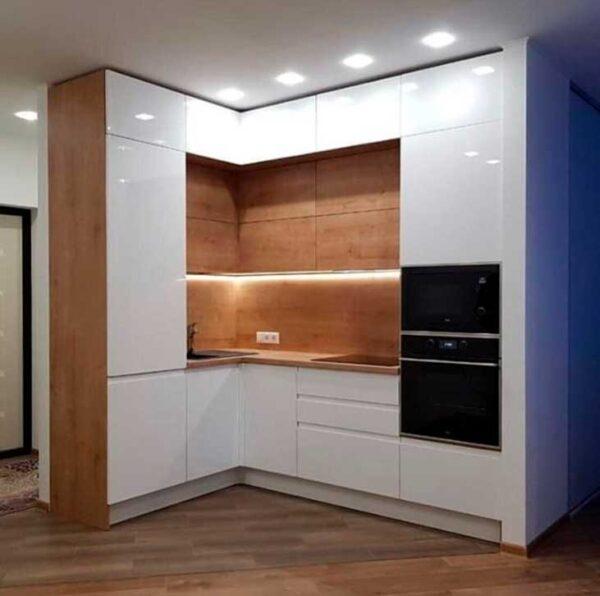 Маленькая кухня с двойным верхом до потолка