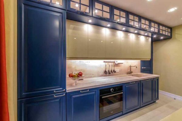 Синяя кухня до потолка с двойным верхнем шкафом