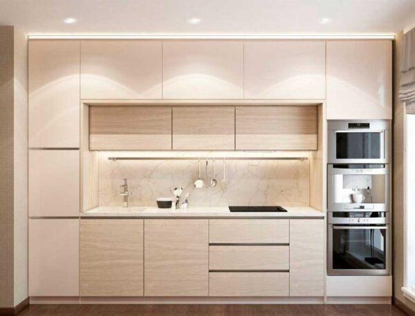 Светлая кухня с двойной системой верхних шкафов