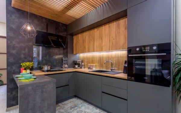 Темная угловая кухня с двойным верхом