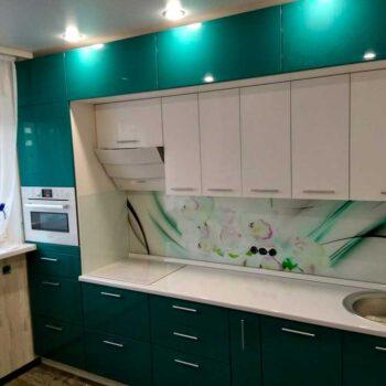 Зеленая кухня с вторым верхом до потолка